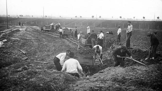 Stavba sokolského hřiště. Druhá polovina 40.let.