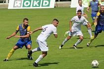 Šlágr úvodního jarního kola divize F se hrál v Karviné. Domácí mladíci (v bílém) podlehli v derby Bohumínu 1:2.