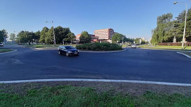 Skončila rekonstrukce kruhového objezdu v Orlové u nemocnice. Místo je už normálně průjezdné bez omezení.