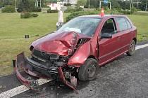 Havarovaná fabie, jejíž řidič v divoké jízdě nezvládl nájezd na rondel naboural do sloupu semaforu.
