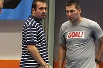 Trenér Ivo Jochman (vlevo) a prezident Torpeda Roman Kantor v debatě o nové herní tváři A-mužstva.