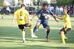 Karvinští (ve žlutém) vyhráli v rámci poháru ve Slavičíně 2:0.