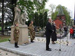 Na hřbitově ve Skřečoni si vedení Bohumína spolu s pamětníky připomněli výročí osvobození města.