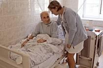 Pacienti v českotěšínské nemocnici budou mít na nových postelích a matracích lepší komfort.