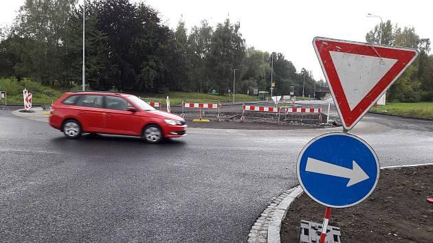 V Horní Suché, kde se staví nová okružní křižovatka, došlo ke změně dopravní situace. Ve směru od Karviné-Dolů na Havířov neprojedete. Průjezd tímto místem je možný jedině rovně na Stonavu