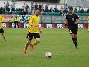 Jan Laštůvka v roli kapitána přivádí svůj tým do zápasu proti Spartě.