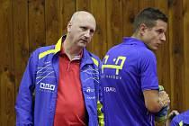 Trenér mužů Kamil Koutný (vlevo) a týmová jednička Petr David už se zase věnují společnému tréninku.