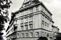 Budova školy na dobové fotografii.