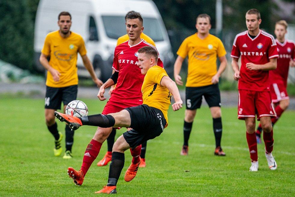 Těšíňané (ve žlutém) zabrali v Šenově a zvládli zápas o šest bodů.