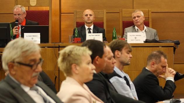 Pavol Jantoš (sedící za předsednickým stolem uprostřed) v době, kdy byl v Havířově zastupitelem za ČSSD a náměstkem primátora.