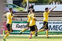 Karvinští fotbalisté (ve žlutém) vrátili Hradci porážku z podzimu a mají vše ve vlastních rukách.