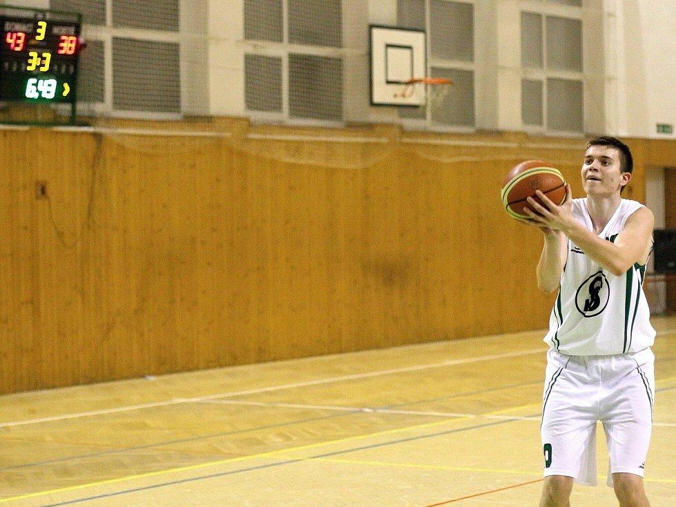 Karvinští basketbalisté (v bílém) porazili dvakrát Valašské Meziříčí a už se jim v tabulce dýchá lépe.
