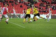 Karvinští (ve žlutém) se opět prezentovali nebojácným výkonem, ale Slavia vyhrála zaslouženě 5:2.