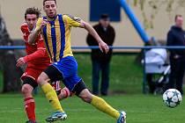 Třetí gól vstřelil v jarní části krajského přeboru obránce Bohumína Petr Šiška (ve žlutém). Bosporu tak pomohl k vítězství 4:1 nad Šenovem.