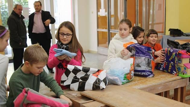 Žáci ZŠ Hrubína předali ADŘE sbírku oblečení pro děti v Mukačevu.