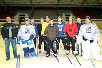 Členové týmu AZ Havířov s knírem na zimním stadionu.