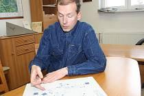 Starosta Těrlicka Martin Polášek ukazuje nákres úpravy křižovatky.