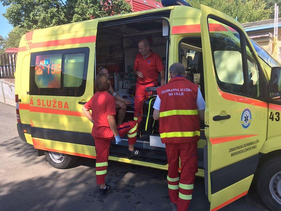 Záchranáři při ošetřování návštěvníka koupaliště po bodnutí vosou.
