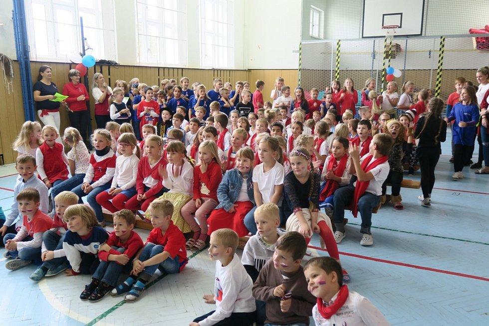 Školáci ze ZŠ Frýdecká zasadili lípu ke 100. výročí Československa.