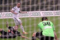 Matěj Fiala (v bílém) začal v dospělém fotbale sbírat starty v třetiligové Kroměříži. Teď se posunul ještě o třídu výš, do Karviné.