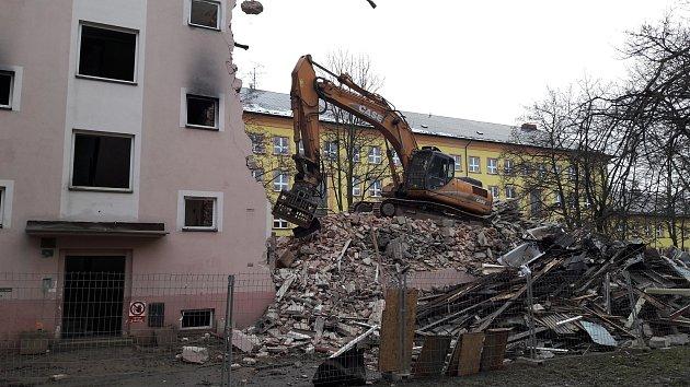 VKarviné-Novém Městě začaly demolice dalších asi 60vchodů. Byty byly zdevastované po nepřizpůsobivých nájemnících a jejich majitel - spol. Residomo - se domy rozhodl strhnout.