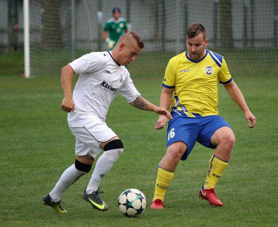 Jan Uher (vlevo) pracuje s míčem.