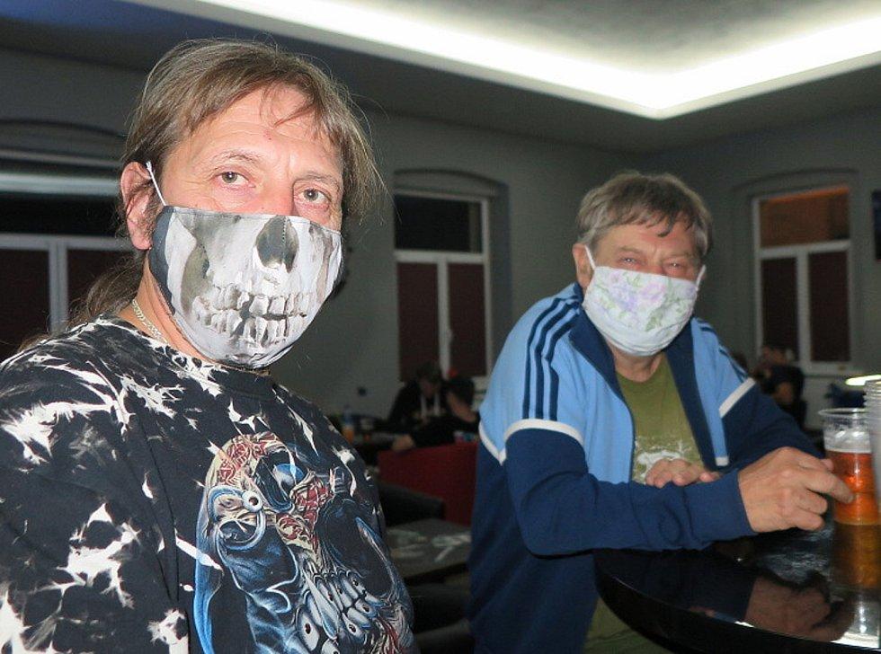 Roušky jsou v Polsku od soboty 10. října povinné také ve venkovních prostorách. Ilustrační foto.