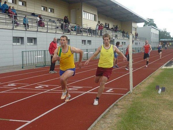 Bratrská předávka Vít Polášek - Jan Polášek ve štafetě na 4x400 metrů.