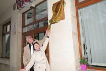 Pamětní desku Jiřího Tibitanzla pomohla odhalit jeho bývalá manželka Dagmar Heroutová.