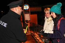 Po domluvě věnovali policisté kontrolovaným reflexní pásek.