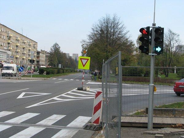 Modernizované semafory vcentru Havířova. Dříve tady byla jen odbočovací zelená šipka