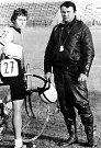 Rostislav Veteška (vlevo) v dresu ŽD Bohumín v roce 1983 na závodě Česko-polské družby s panem Dudou, jedním z rozhodčích tohoto závodu.