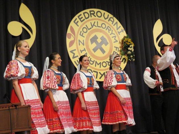 Více než čtyřhodinový maratón plný tance, zpěvu, hudby a také veselých scének. Tak vypadala velkolepá večerní mezinárodní folklorní slavnost ve zcela zaplněném sále Dělnického domu v Horní Suché.