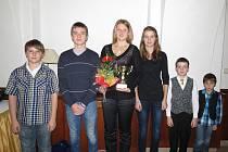 Nejúspěšnější mládežničtí tenisté Karvinska pro rok 2012. Zleva Ondřej Hašek, Daniel Hrbáč, Nikola Tomanová, Karolína Kósová, Šimon Myslivec, Vítek Bednarz.