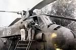 Den dětí v roce 1988. Výlet členů BSP mechanických dílen s dětmi na letiště Mošnov 3. června. Prohlídka vrtulníku.
