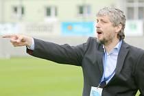 Jozef Weber usměrňuje své svěřence během zápasu.