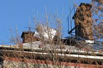 Zásah hasičů na střechách poškozených větrem v Havířově.