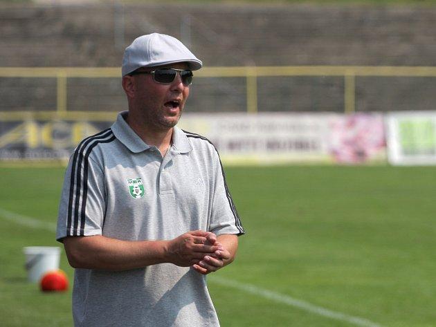 Trenér Pavel Malura pozoruje své svěřence.