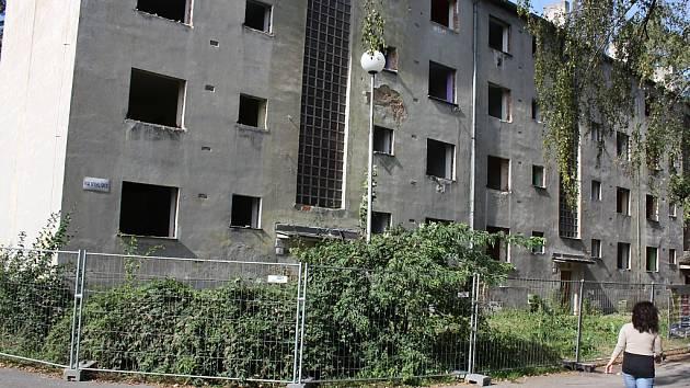 Vybydlený dům v ulici Na Vyhlídce půjde k zemi.