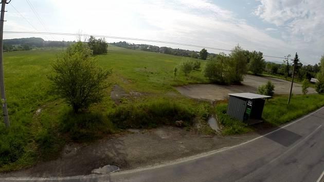 Na tomto pozemku po bývalém statku v Horních Bludovicích chce investor postavit výrobní halu.