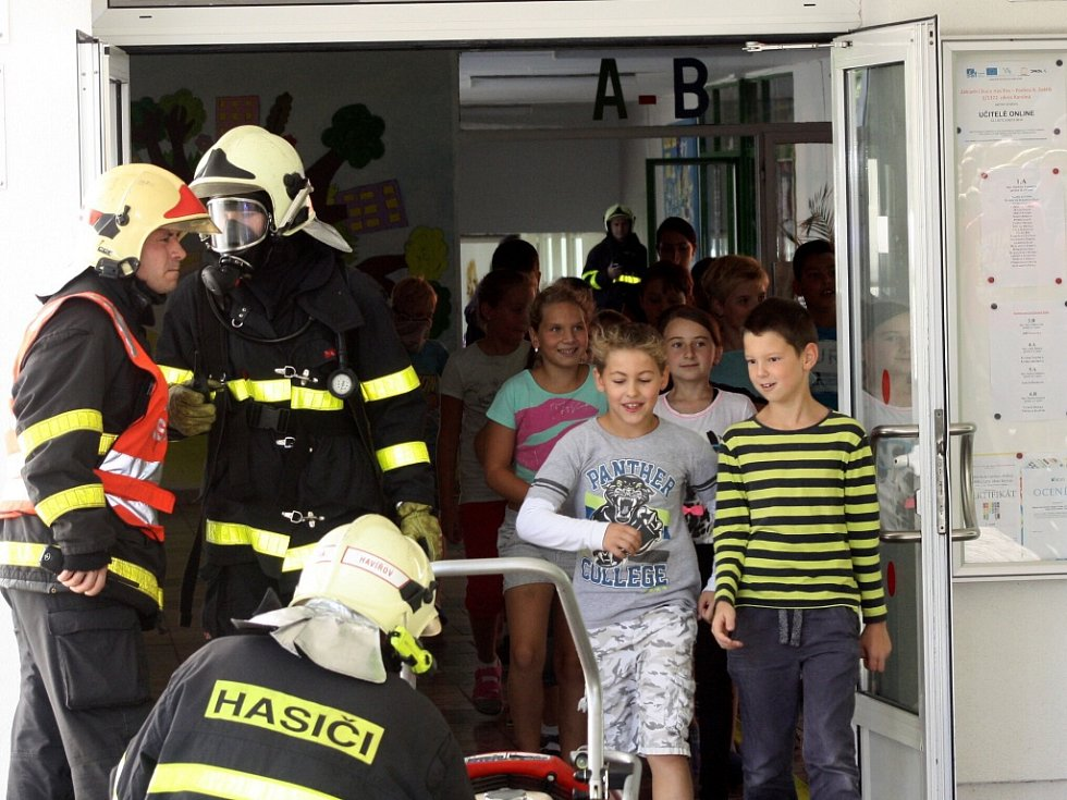 Požární cvičení v ZŠ Karoliny Světlé v Havířově-Podlesí.