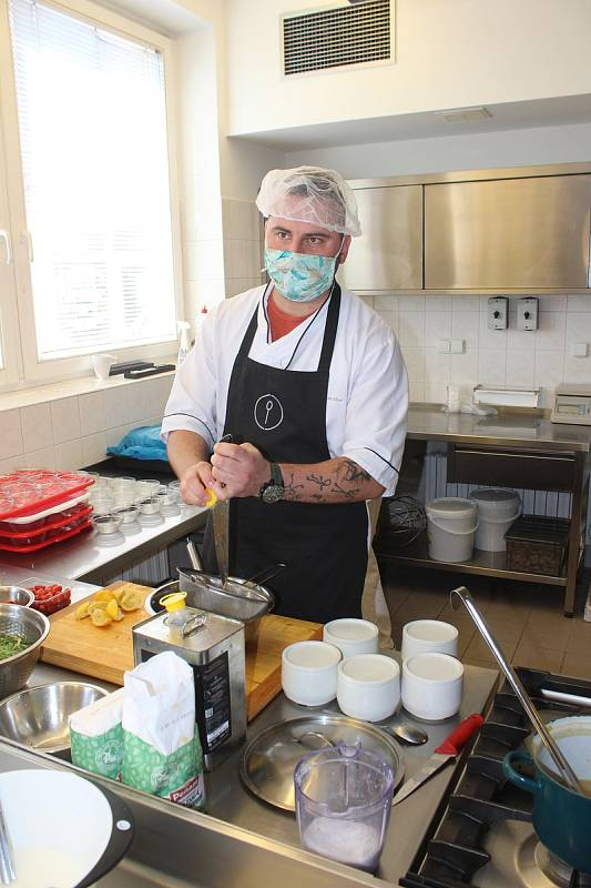 Kuchař David Valíček pomáhá kuchařkám  v domově pro seniory v Českém Těšíně.