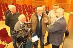 Primátor Havířova Josef Bělica (vpravo) v diskusi s Pavlem Mertou o odtržení Životic na setkání s občany v pondělí 11. 2. 2019.