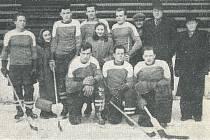 Mužstvo ledního hokeje SK Orlová z roku 1956. Zleva stojící: Švehelka, Osuchovský, dr. Zlatník, Sapík, v civilu Sekera a Hampl. Klečící Prokop Daněk, Vidlář a Henych.
