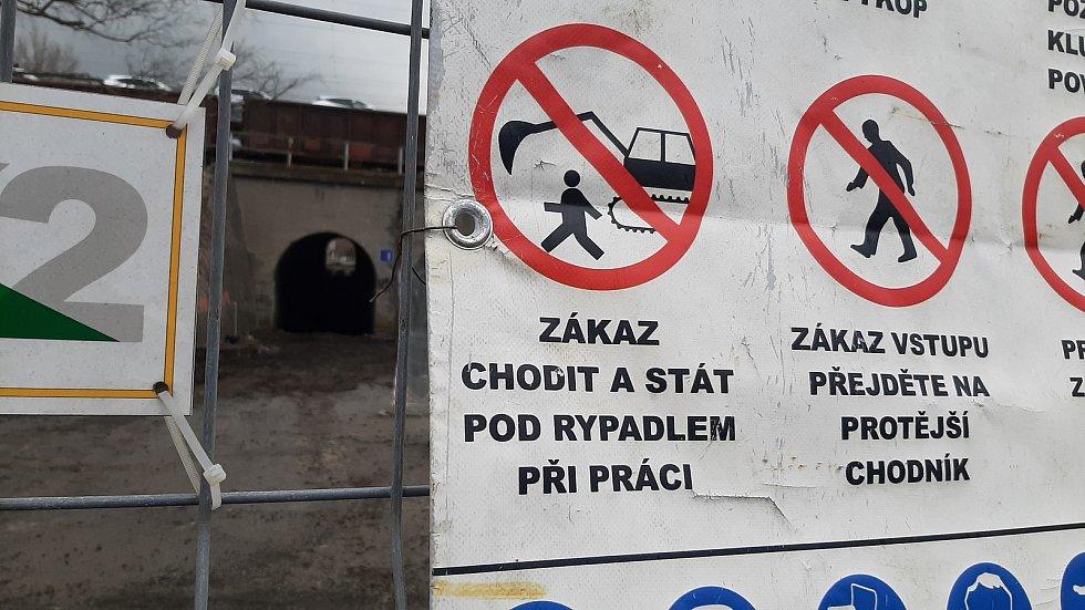 Tunel pod vlakovým nádražím v Petrovicích bude až do dubna příštího roku uzavřen. Správa železnic jej opravuje.  Březen 2021.