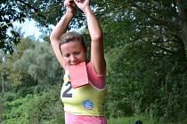 Turistické závody jsou opět v akci. Na snímku orlovská Petra Badurová, kterak překonává lanovou lávku.
