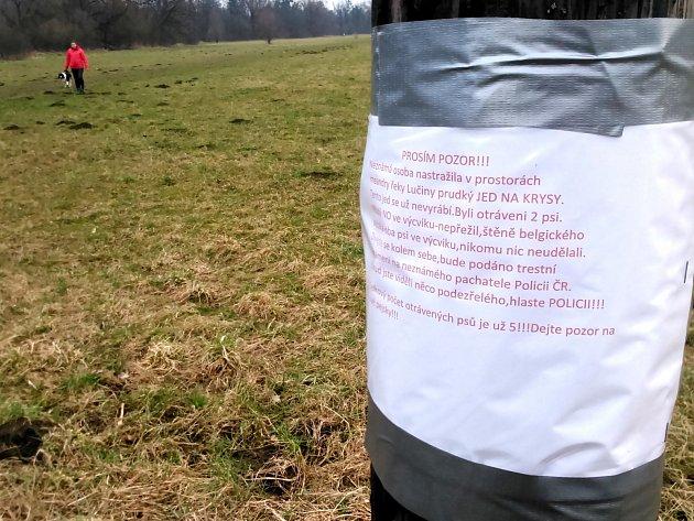 Na možnou otravu upozorňují pejskaře u řeky Lučiny letáčky.