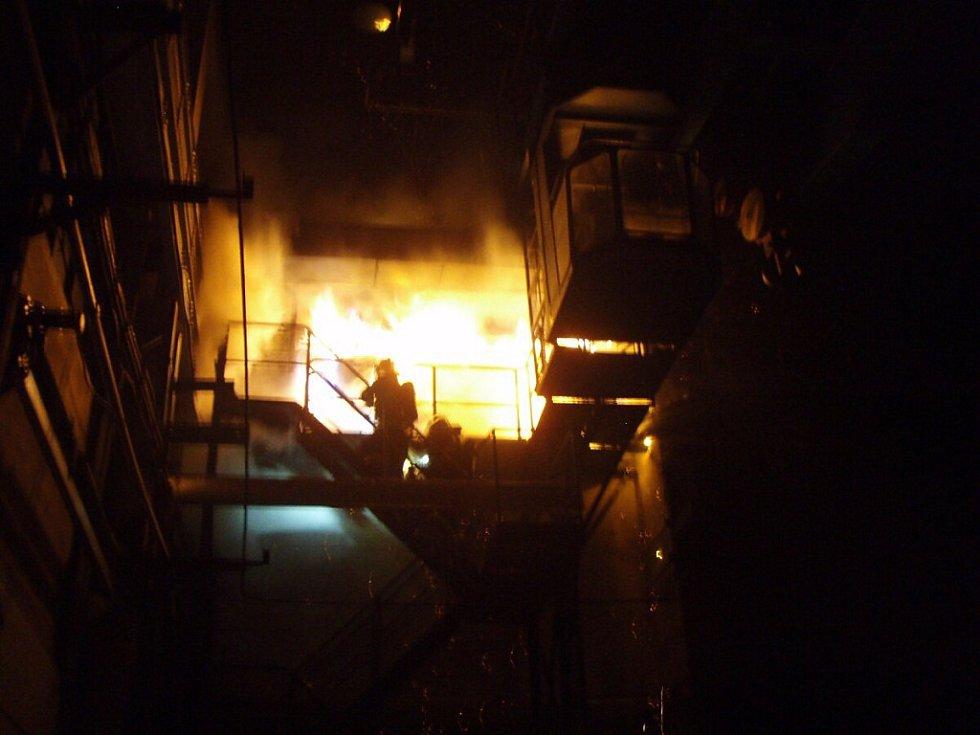 Zásah hasičů u požáru v bohumínské železniční stanici.