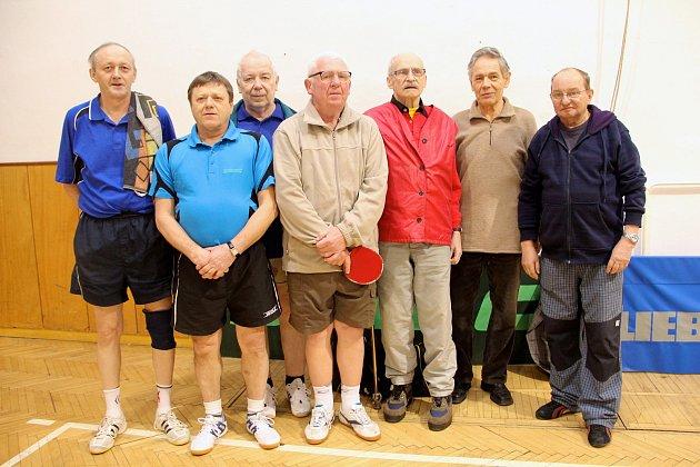 Veteránské družstvo stolního tenisu. Stanislav Vincour stojí třetí zprava včervené bundě.