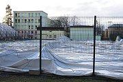 Silný vítr v pondělí v noci zlikvidoval jednu za nafukovacích hal u ZŠ Dělnická.
